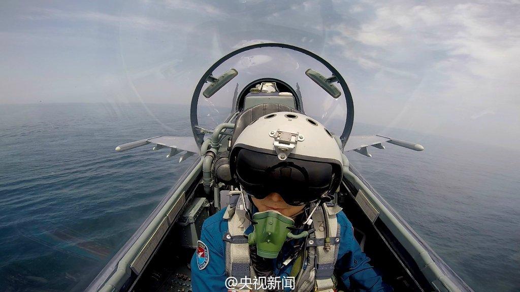 中国多架轰炸、歼击、预警机飞出第一岛链训练(图)