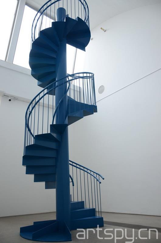 """另外,这次的作品和在MoMA展出的并不完全相同,MoMA 的梯子颜色是黑色的,而这次展出的是蓝色的,小野洋子称这是""""东方思想的巧合"""",她更喜欢蓝色这个版本,认为虽然缺乏了神秘感,但是更加充满希望。 现场吼声:女权主义的声音"""