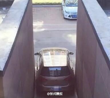 哈尔滨现霸气停车:女子从天窗爬出从后备箱进(图)