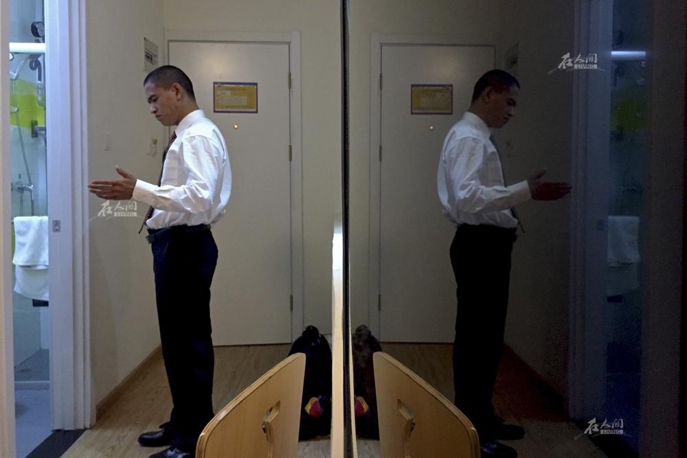 """手势动作、神态表情都是肖基国模仿奥巴马时自己摸索出来的门道。他的绝活是用自编的英语模仿奥巴马演讲。""""我只会说几句英语,所以模仿的时候,大部分都是我自己编的英语,谁都听不懂。"""""""