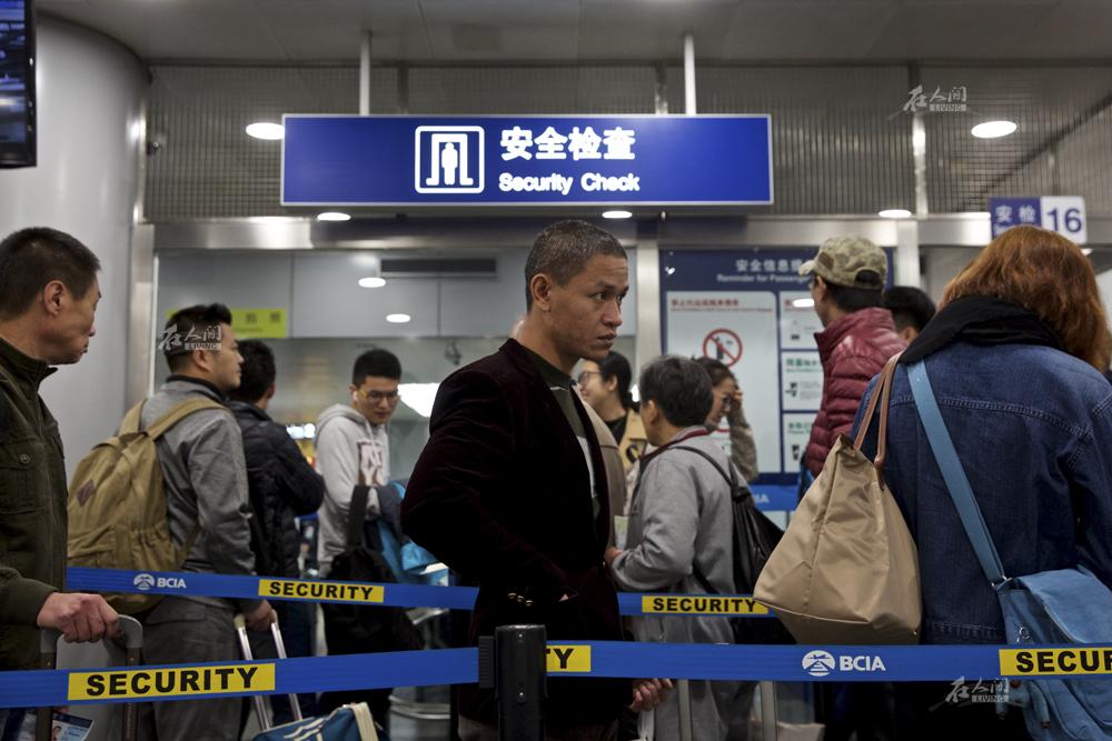 """肖基国排队过安检,""""奥巴马都是专机出行,中国奥巴马还是得排队坐飞机,这就是演戏和生活的区别。""""肖基国自嘲道。"""