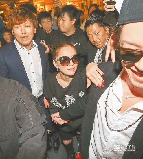 [明星爆料]滨崎步现身台湾机场 约150名粉丝包围要签名