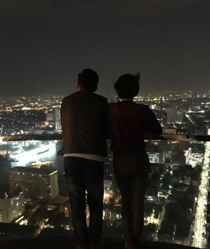 [明星爆料]杨乐乐晒与汪涵背影照 二人凭栏赏夜景