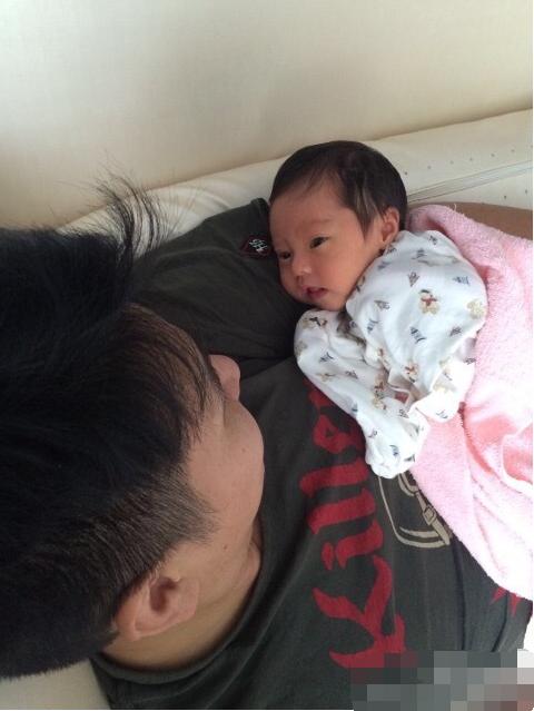 """[明星爆料]欧弟抱女儿爱不释手 """"醒着看睡着也看""""尽显父爱(图)"""