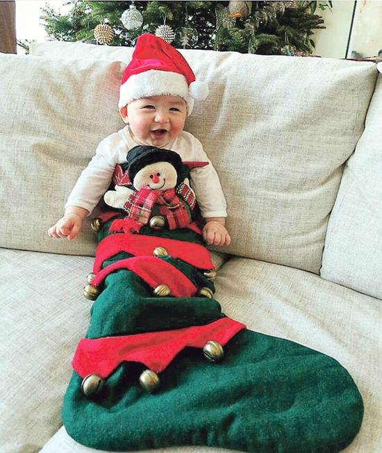 """[明星爆料]星妈""""相约""""圣诞晒萌娃 周汶锜儿子扮礼物可爱十足(图)"""