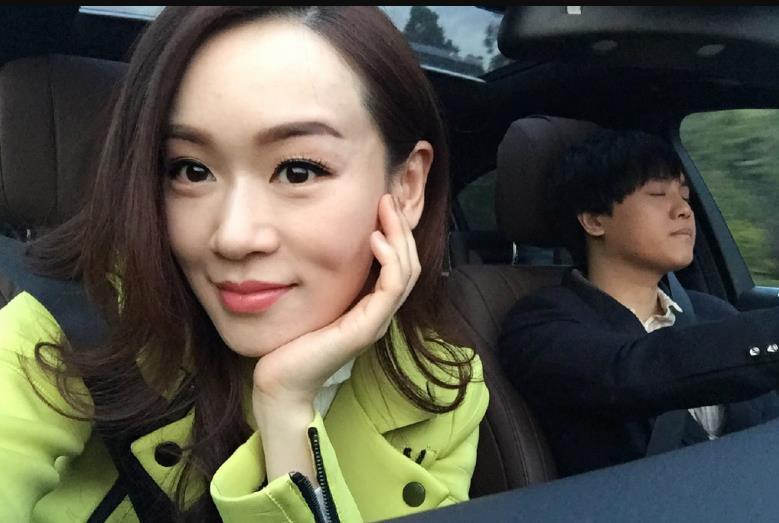[明星爆料]港姐杨思琦车内自拍 与内地歌手恋情疑曝光(图)