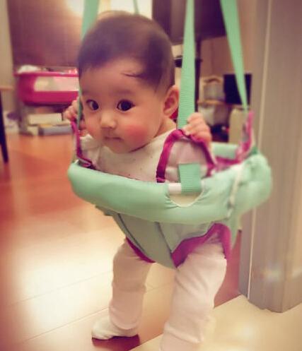 [明星爆料]贾静雯小女儿坐婴儿弹跳椅 大眼可爱似洋娃娃