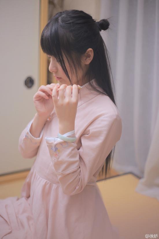 [明星爆料]徐家有女初长成! 徐娇晒侧颜照 着粉裙温婉唯美(图)