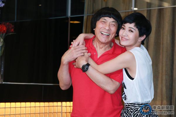 [明星爆料]70岁猪哥亮紧搂干女儿郭采洁 与亲生女22年不相见