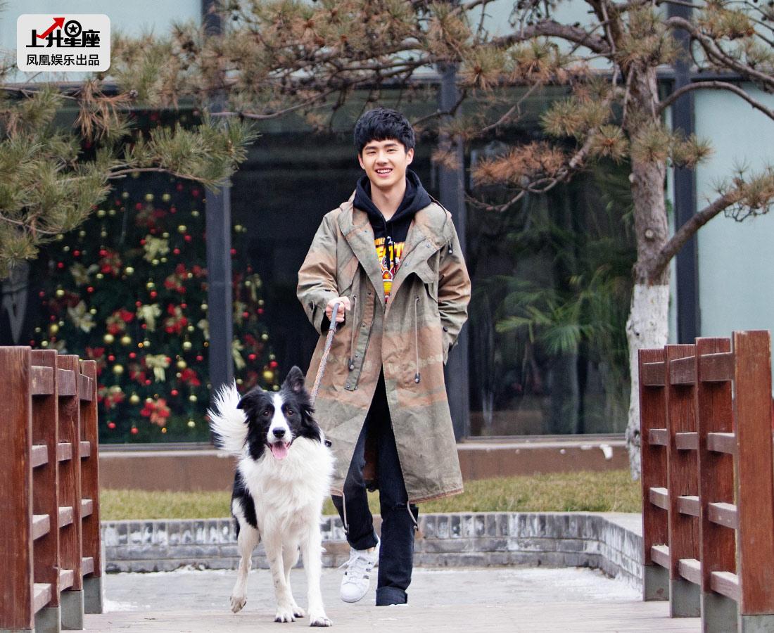 见到凤凰娱乐记者,刘昊然马上主动打招呼.