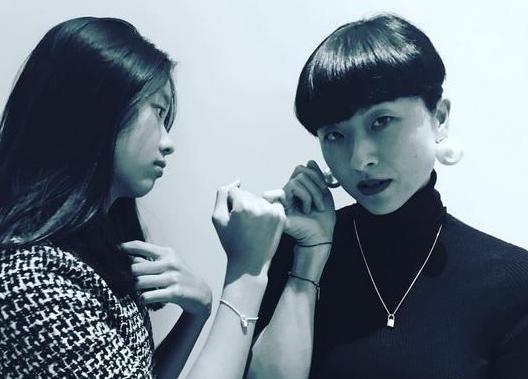[明星爆料]陈奕迅妻子徐濠萦与女儿拉钩 母女文艺又温馨(图)