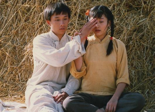 许晴26年前青涩照曝光 与黄磊麦田调情(组图)
