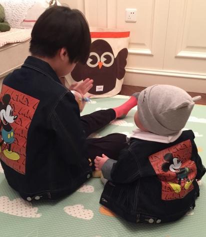 [明星爆料]张亮儿子和女儿穿米奇兄妹装 一大一小萌萌哒(图)