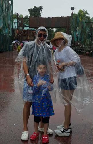 [明星爆料]林永健晒全家度假照 为儿子挡雨模样搞怪(图)