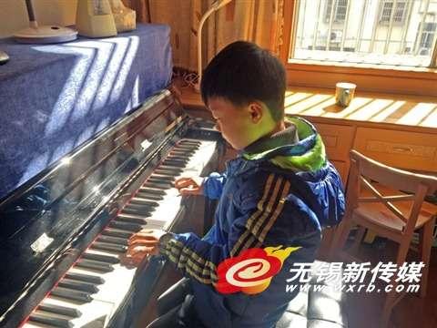 王奕程在弹钢琴