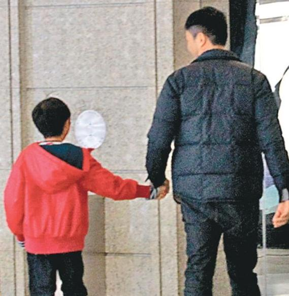 [明星爆料]绝世好老公!张智霖的休假就是陪老婆逛街 照顾好儿子…