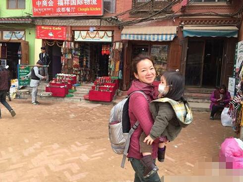 [明星爆料]阿雅带女儿赴尼泊尔旅游 一路抱着女儿不嫌累(图)