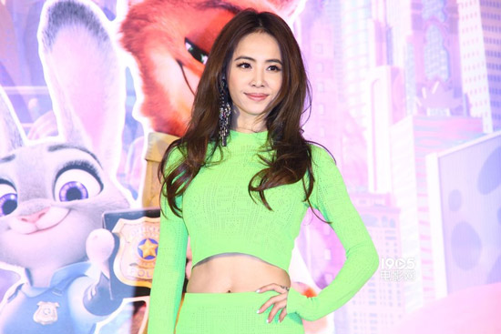 蔡依林亮相《疯狂动物城》台北首映 露脐装俏