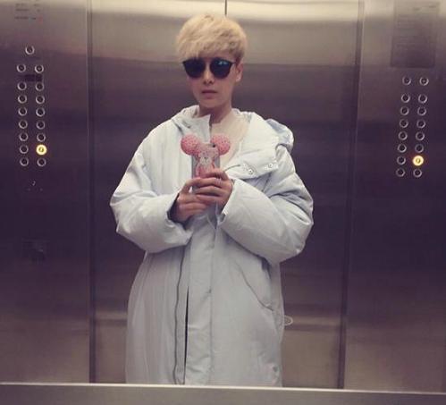 [明星爆料]海清电梯里玩自拍 一头金发帅气抢镜(图)
