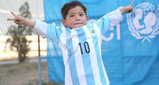 """梦想成真!穿""""塑料袋球衣""""男孩获赠梅西签名球衣"""
