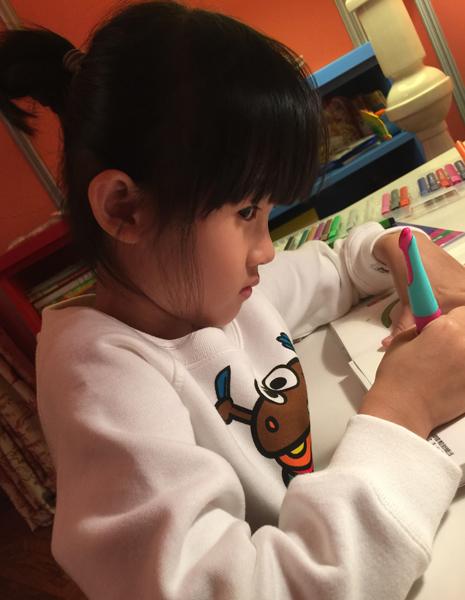 [明星爆料]鲍蕾晒两女儿写字照片 贝儿偷瞄镜头眼神可爱(图)