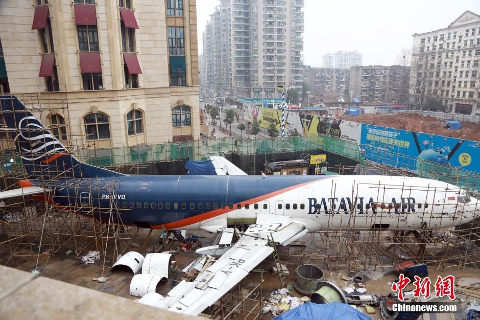 """4/5 波音客机""""降落""""武汉街头引围观 波音客机""""降落""""武汉闹市 将成飞机"""
