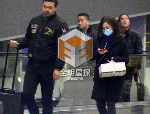 [明星爆料]邓紫棋华晨宇恋情疑似曝光 机场亲密互动