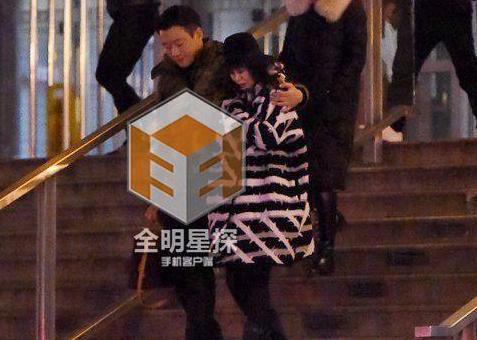 [明星爆料]佟大为与妻子关悦吃火锅 霸道搂肩尽显爱意