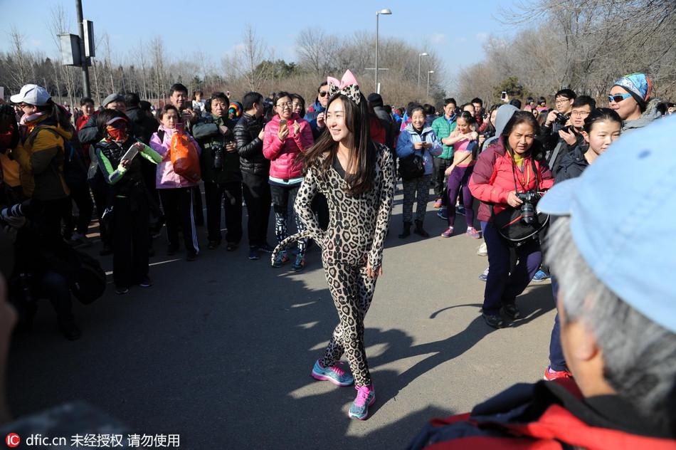 真的脱光了!北京奥森光猪跑比基尼美女抢镜和天天美女干图片