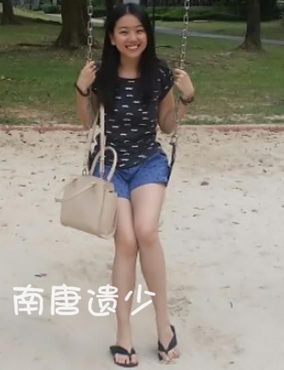 在曝光的照片中,胡雅斯笑容甜美