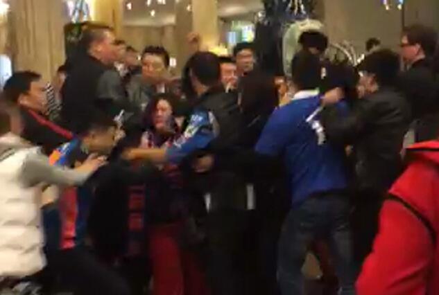辽宁球员赛后群殴 混乱!辽球员球迷与川蜜酒店群殴 球迷惨遭脚踹