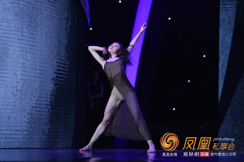 直击华人盛典:于航现场表演现代舞《夜愿》