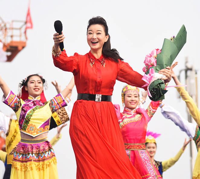 [明星爆料]宋祖英穿红衣慰问郑州工人 款款放歌引粉丝尖叫