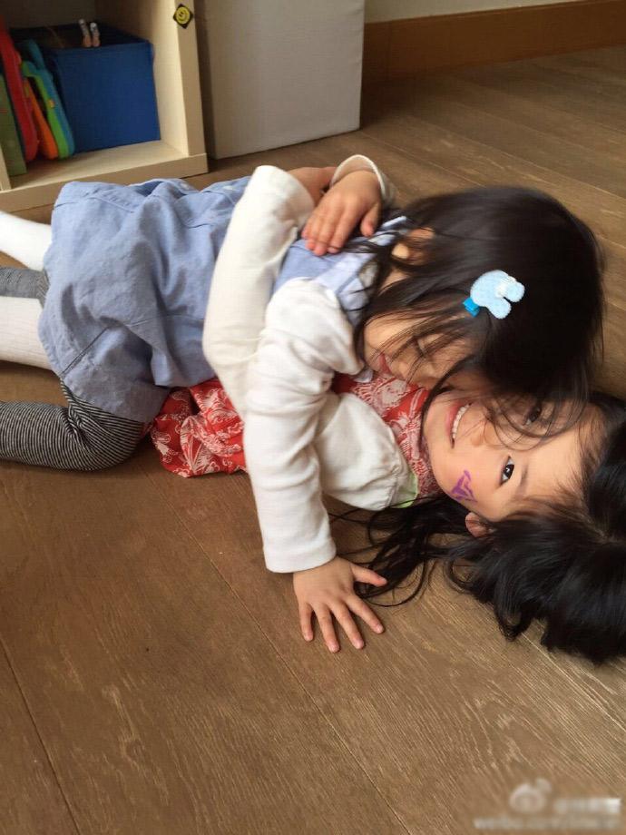 [明星爆料]林熙蕾晒两女儿玩耍照 妹妹头发起静电炸成一朵花