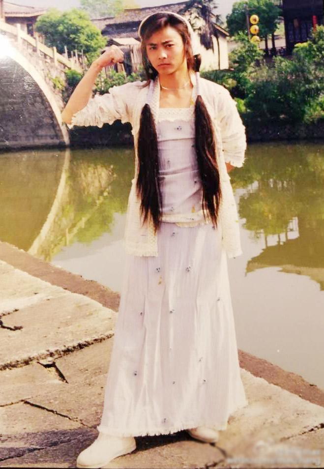 [明星爆料]河边那位穿裙子的美娇娘 正是功夫硬汉张晋