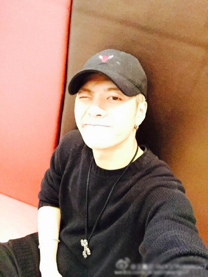 [明星爆料]王嘉尔生日发自拍 深情告白粉丝:以后每天见面
