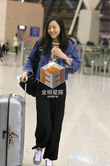 大表姐刘雯素颜现身机场
