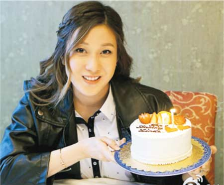 [明星爆料]钟嘉欣32岁生日孕味浓 切蛋糕露幸福笑容