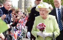 90岁英国女王穿嫩绿装巡游