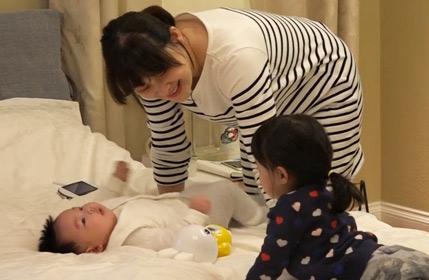 梅婷与一双儿女床上嬉戏