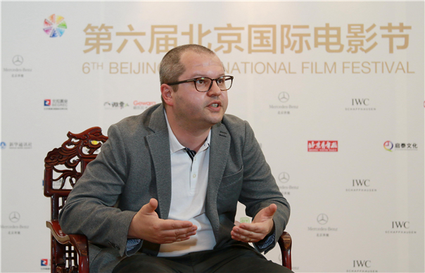 凤凰娱乐讯(采写/小凤) 近日,第六届北京国际电影节主竞赛单元天坛奖评委齐聚一堂,召开了评委发布会,而凤凰娱乐也在当天采访到了天坛奖的多位重量级评委。此次天坛奖的评委多半由享誉国际的艺术电影大导演组成,其中就包括了罗马尼亚电影的领军人物柯内流波蓝波宇。 在此次北京国际电影节系列采访的导演中,波蓝波宇可能在名气和履历上都是最不起眼的一位,但论现有的创作活力和状态,另几位如托纳多雷(《天堂电影院》导演)、多纳斯马(《窃听风暴》导演)、泷田洋二郎(《入殓师》导演)等大导演都未必比波蓝波宇强。他的作品不多
