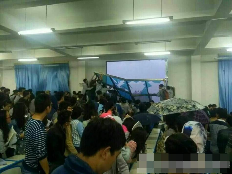 和云南农业大学教学楼被狂风暴雨重创,部分窗子倒入教室,地上图片