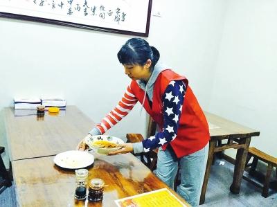 三门峡女子患癌拒收捐款 市民排队去其面馆吃面