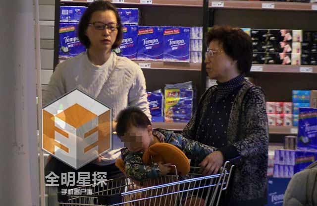 43岁董卿素颜逛超市 疑似爱子首曝光 [有看点]