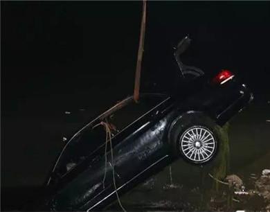 滨州奔驰轿车冲入蒲湖 瞬间沉没