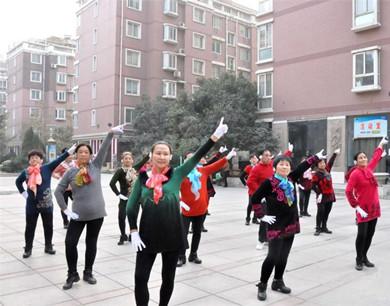 """郑州大妈戴耳机跳""""广场舞""""拒绝噪音污染"""