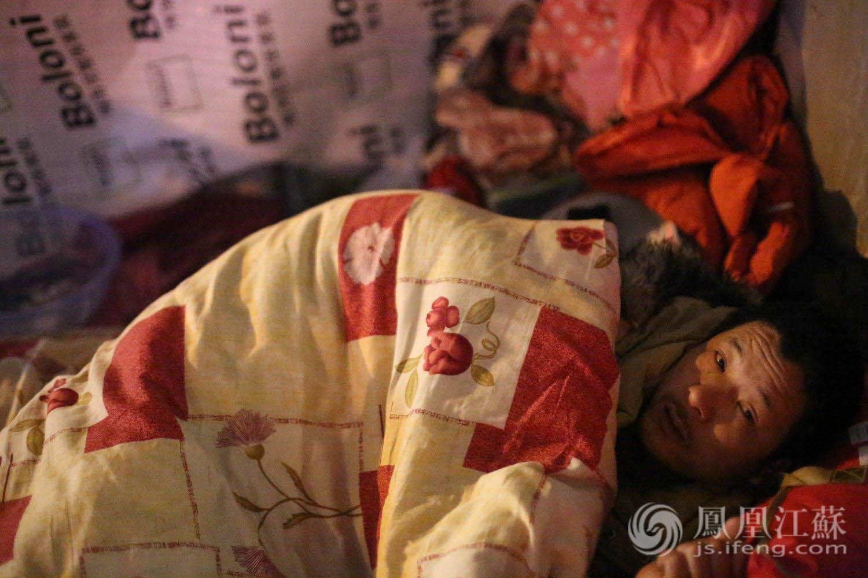 """""""霸王级""""世纪大寒潮1月20日夜袭南京,零下10℃,大雪肆虐。在这刺骨寒冬,仍有一些无家可归者露宿在冰冷的街头,用羸弱身体和仅有衣物抵御着凛冽长夜……为了让这座城市多些""""温度"""",凤凰江苏、苏宁云商集团、@南京那些事儿 联合发起""""暖夜行动""""。一天的时间,我们尽最大的努力筹备了500床棉被,在""""大寒潮""""来临之前分发给露宿者,企盼给他们带来一个温暖的梦。"""