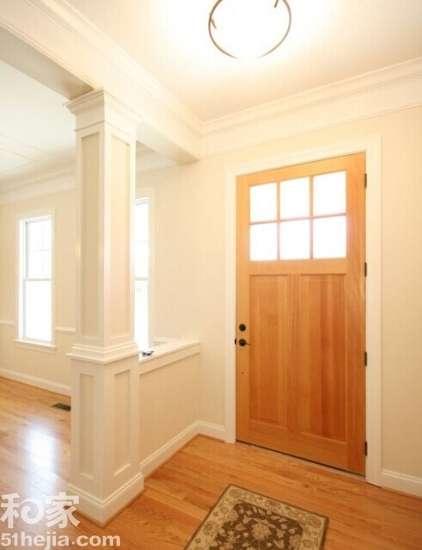 柱子与半开放式的隔离栏来作为这间屋子的玄关隔断
