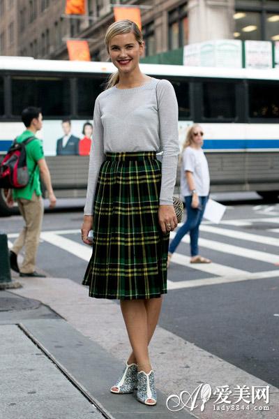 大衣和百褶裙搭配鞋子图片