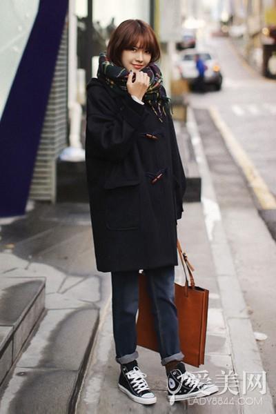 搭配要点:黑色牛角扣大衣+深蓝色牛仔九分裤+黑色